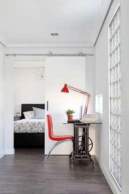Zona de estudio y dormitorio: Estudios y despachos de estilo ecléctico de BATLLÓ CONCEPT