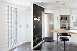 Entrada a la vivienda y cocina: Cocinas de estilo ecléctico de BATLLÓ CONCEPT