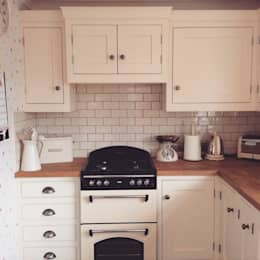 Little Cream Kitchen: classic Kitchen by Hallwood Furniture