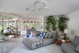 Casa em Angra: Salas de estar modernas por Lovisaro Arquitetura e Design