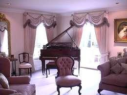 Salas de estar clássicas por Renaissance Interiors