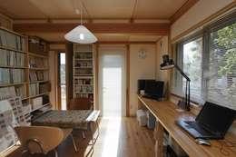 事務所: 近建築設計室 KON Architect Officeが手掛けた書斎です。
