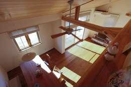 吹抜: 近建築設計室 KON Architect Officeが手掛けたリビングです。