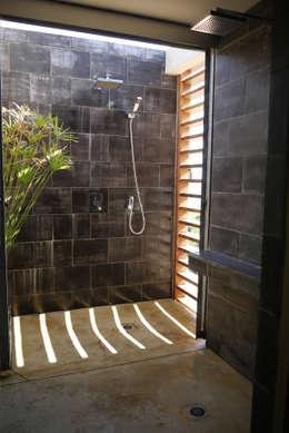 CLEMENTINE house - master bedroom 2 - external shower: Chambre de style de style Tropical par STUDY CASE sas d'Architecture