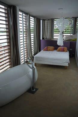 CLEMENTINE house - master bedroom 1: Chambre de style de style Tropical par STUDY CASE sas d'Architecture