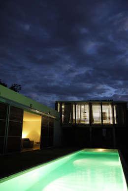 CLEMENTINE house - outside view at night: Maisons de style de style Tropical par STUDY CASE sas d'Architecture