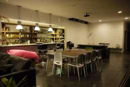 CLEMENTINE house - living room 2: Salon de style de style Tropical par STUDY CASE sas d'Architecture