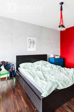 Loft z intensywną czerwienią : styl , w kategorii Sypialnia zaprojektowany przez Decoroom