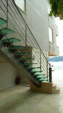 Visal Merdiven – Ülker Yalı - İstanbul: modern tarz Koridor, Hol & Merdivenler