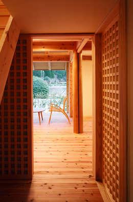 格子戸: 芦田成人建築設計事務所が手掛けた窓です。
