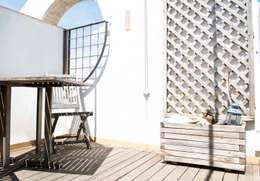 Terraza Molins de Rei: Jardines de estilo tropical de muxo Studio