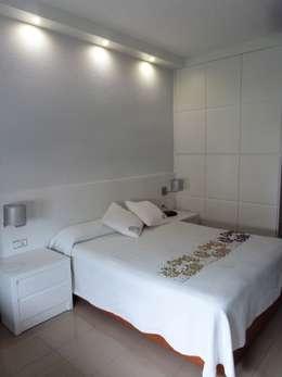 Dormitorios de estilo moderno por Mobiliario PLEGUR S.L
