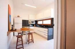 مطبخ تنفيذ Ana Sawaia Arquitetura
