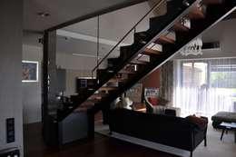 Dom jednorodzinny w Zielonkach koło Krakowa: styl , w kategorii Salon zaprojektowany przez Studio S Biuro architektoniczne Michał Szymanowski