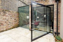 Pivot door and Side Return Glass Box Extrensin: modern Windows & doors by Maxlight
