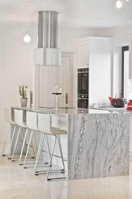 Wyspa kuchenna z granitu naturalnego Glacier White : styl , w kategorii Kuchnia zaprojektowany przez GRANMAR Borowa Góra - granit, marmur, konglomerat kwarcowy