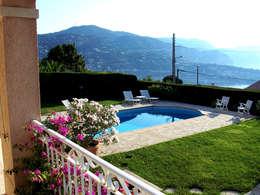 Piscina e giardino: Piscina in stile in stile Mediterraneo di italiagiardini