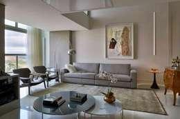 غرفة المعيشة تنفيذ Cristina Menezes Arquitetura