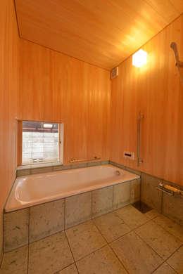 「高円寺の家」石貼り・桧板の浴室: 株式会社松井郁夫建築設計事務所が手掛けた洗面所/お風呂/トイレです。
