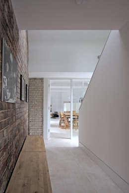 Pasillos y recibidores de estilo  por NRAP Architects