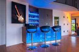 Création et intégration d'un comptoir-bar contemporain: Salle à manger de style de style Moderne par Atelier Pourpre Design & Décoration SPRL
