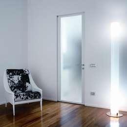 Modello Demetra - finitura laccata bianco opaco con vetro acidato : Finestre & Porte in stile in stile Moderno di PIETRELLI PORTE