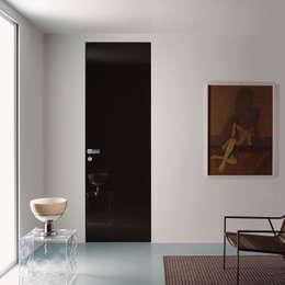Modello Demetra -  finitura laccata nero lucido spazzolato : Finestre & Porte in stile in stile Moderno di PIETRELLI PORTE