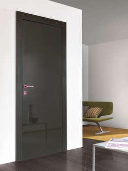 Puertas y ventanas de estilo moderno por PIETRELLI PORTE