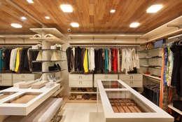 Vestidores de estilo moderno por Leila Dionizios Arquitetura e Luminotécnica