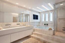 Arquitetura Residencial | Casa de luxo na Barra da Tijuca: Banheiros modernos por Leila Dionizios Arquitetura e Luminotécnica