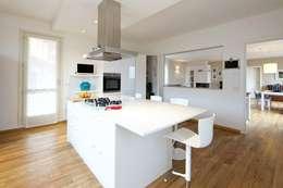Prospettiva cucina con vetrata: Cucina in stile in stile Moderno di Modularis Progettazione e Arredo