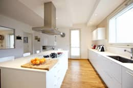 Prospettiva cucina bianca: Cucina in stile in stile Moderno di Modularis Progettazione e Arredo
