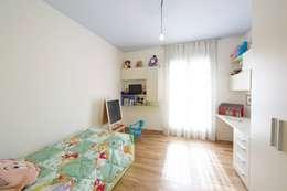 Cameretta del bambino: Camera da letto in stile in stile Moderno di Modularis Progettazione e Arredo