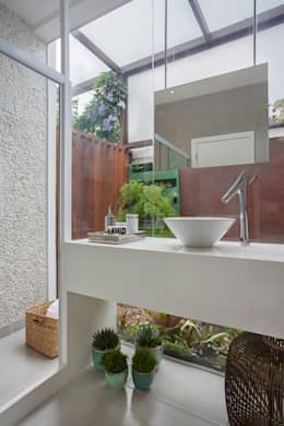 Baños de estilo moderno por ANGELA MEZA ARQUITETURA & INTERIORES