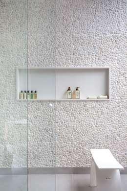 ANGELA MEZA ARQUITETURA & INTERIORESが手掛けた浴室