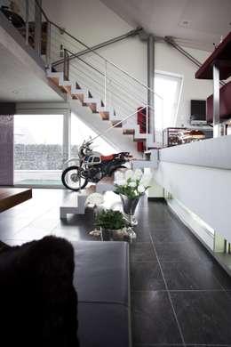 Haus Stahl: moderne Wohnzimmer von Gira, Giersiepen GmbH & Co. KG