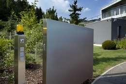 Haus Stahl: moderner Garten von Gira, Giersiepen GmbH & Co. KG