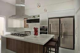 Casa Tamboré: Cozinhas modernas por Arquiteto Aquiles Nícolas Kílaris