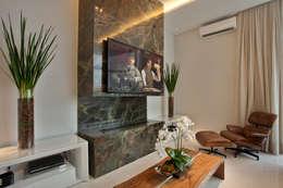 Casa Tamboré: Salas multimídia modernas por Arquiteto Aquiles Nícolas Kílaris