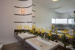 Casa Tamboré: Banheiros modernos por Arquiteto Aquiles Nícolas Kílaris