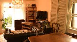 リビングルーム 1.: VINTAGE-RENOVATION by masuoka-designが手掛けたリビングルームです。