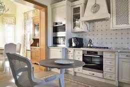 Дом в поселке Ильичевка: Кухни в . Автор – ANIMA