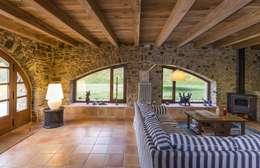 JENS. Reforma y ampliación de antigua masía en La Garrotxa, Girona (Costa Brava): Salones de estilo rústico de VelezCarrascoArquitecto VCArq