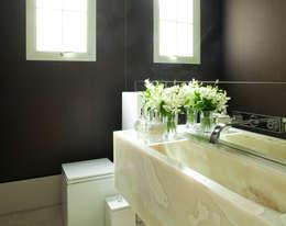 Casa Ibirapuera: Banheiros modernos por Rafael Zalc Arquitetura e Interiores