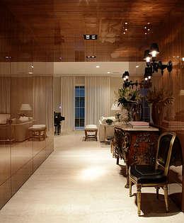 Casa Ibirapuera: Corredores e halls de entrada  por Rafael Zalc Arquitetura e Interiores