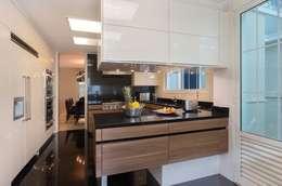 Cocinas de estilo moderno por Rafael Zalc Arquitetura e Interiores