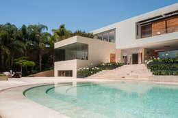 Casa SJ: Albercas de estilo moderno por Gantous Arquitectos
