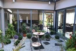 Dom z wewnętrznym PATIO: styl , w kategorii Ogród zimowy zaprojektowany przez Autorskie Studio Projektu QUBATURA