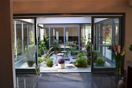 Dom z wewnętrznym PATIO: styl , w kategorii Taras zaprojektowany przez Autorskie Studio Projektu QUBATURA