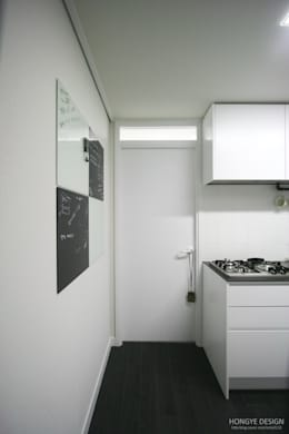 주방 과 드레스룸 사이.: 홍예디자인의  다이닝 룸